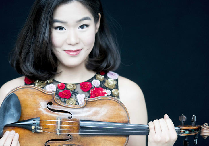 Photo of Esther Yoo with violin