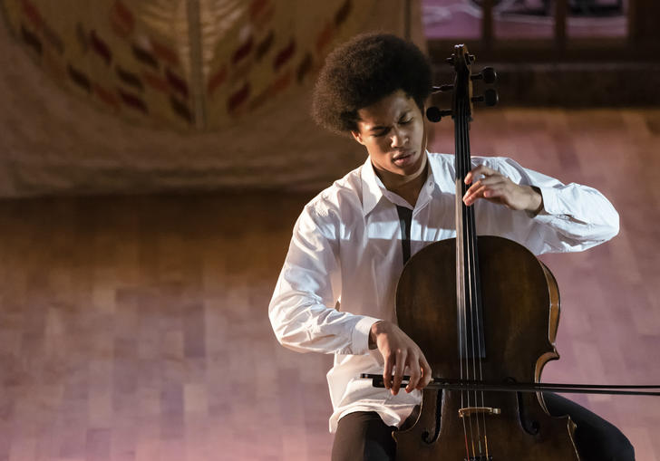 Sheku Kanneh–Mason playing cello