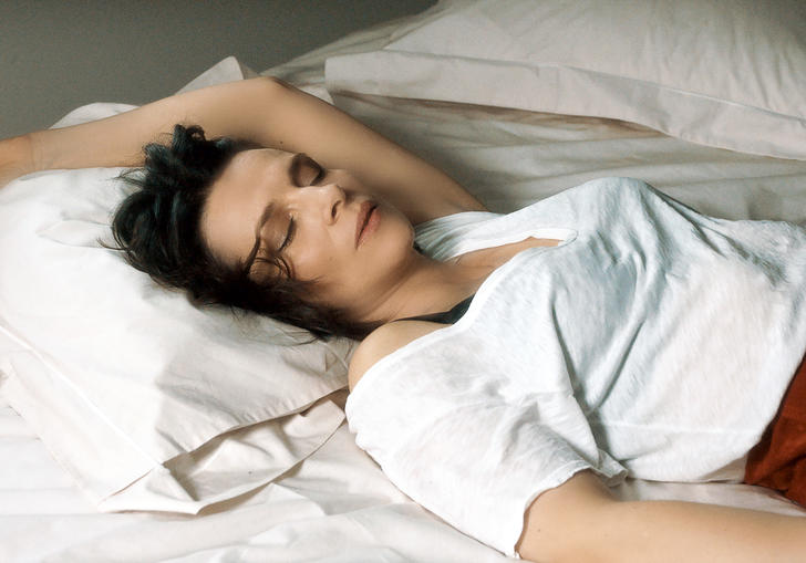Juliette Binoche having a nap in Let the Sunshine In