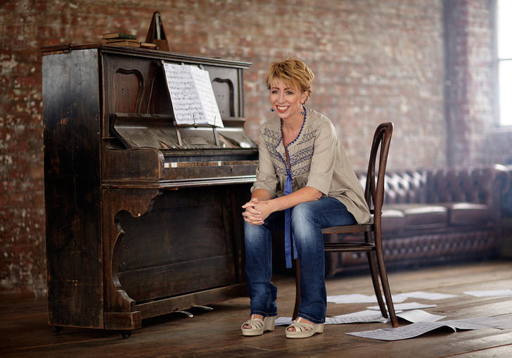 Nikki Iles sitting at the piano