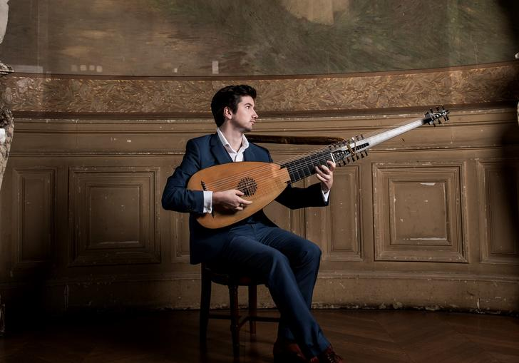 Thomas Dunford plays lute between two marble statues