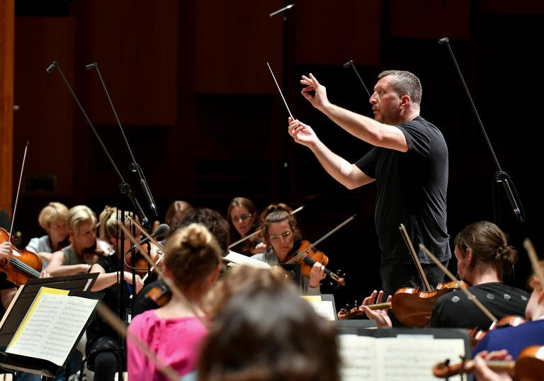 Thomas Ades conducting on stage 2017