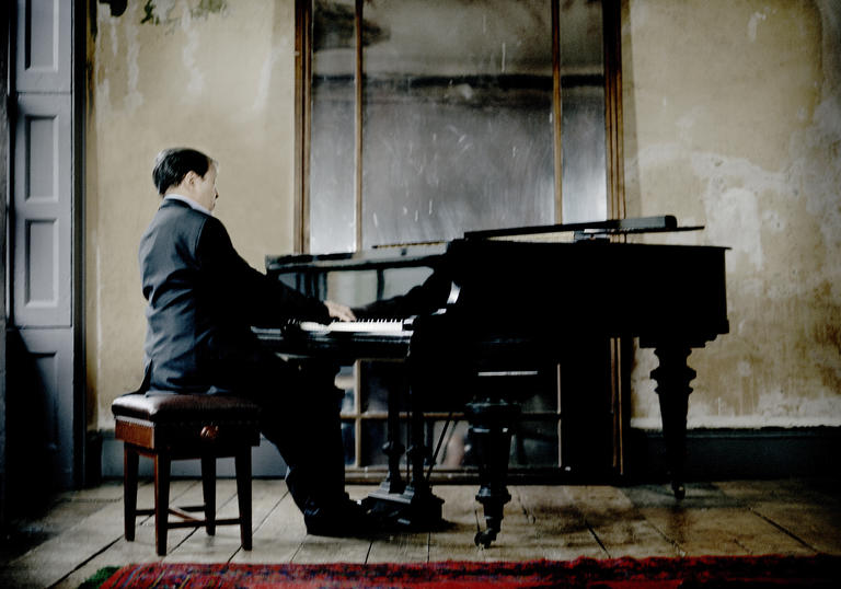 Murray Perahia sitting at piano