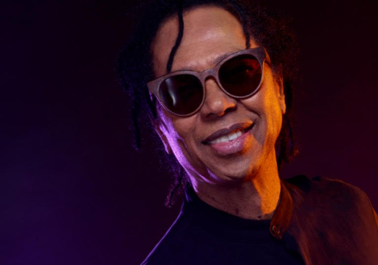 Djavan smiling and wearing sunglasses