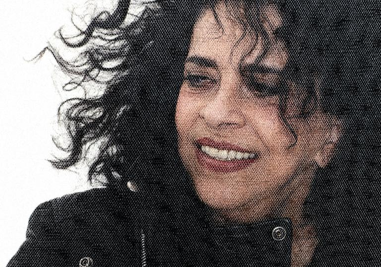 Photo of Gal Costa looking to the distance