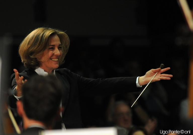 An image of Laurence Equilbey conducting enthusiastically