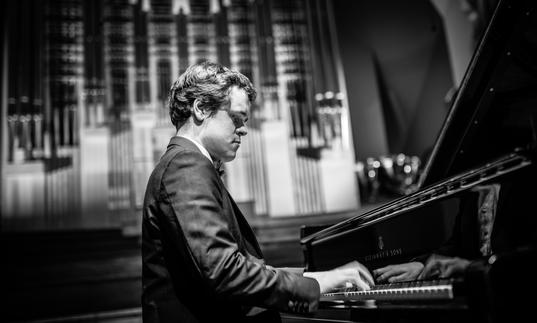 Benjamin Grosvenor black and white piano