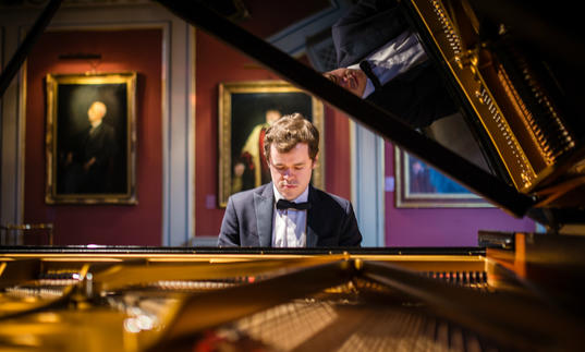 Benjamin Grosvenor 2018 sitting at piano