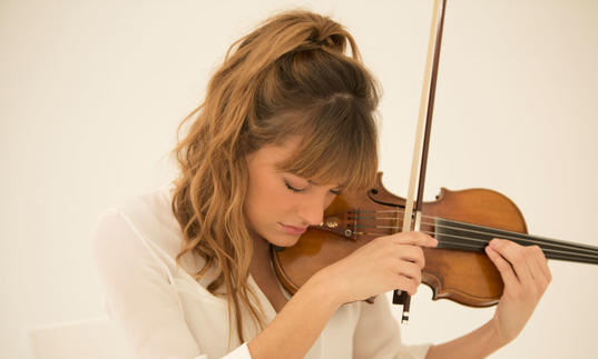 Nicola Benedetti close up landscape playing violin
