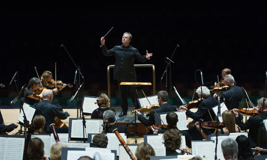 Picture of Sakari Oramo conducting