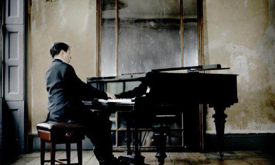 An image of Murray Perahia at the piano
