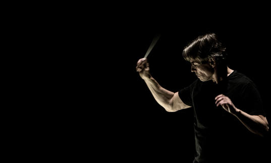 Photo of Esa-Pekka Salonen conducting